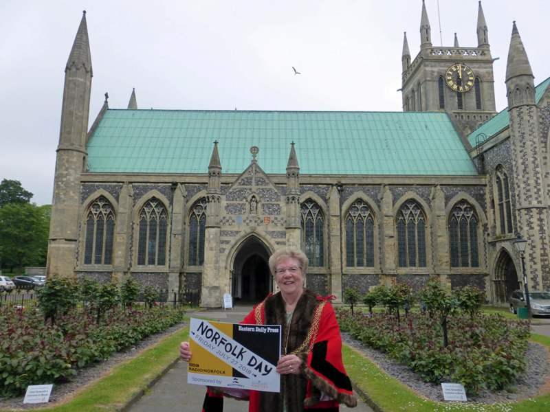 a mayor in front of yarmouth minster