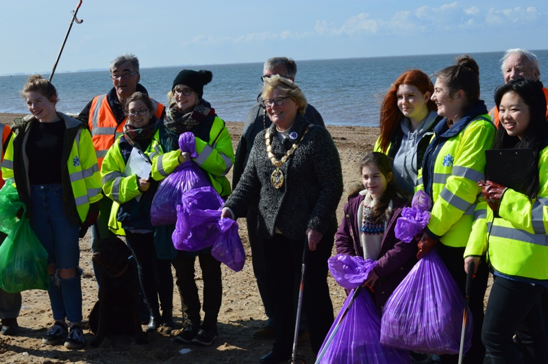 Pupils, Rotarians and the Mayor clean Snettisham Beach